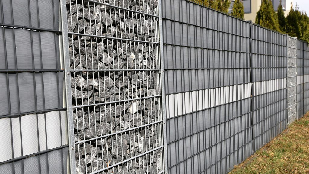 Sichtschutzzaun aus Gabionen und einem Doppelstabmattenzaun