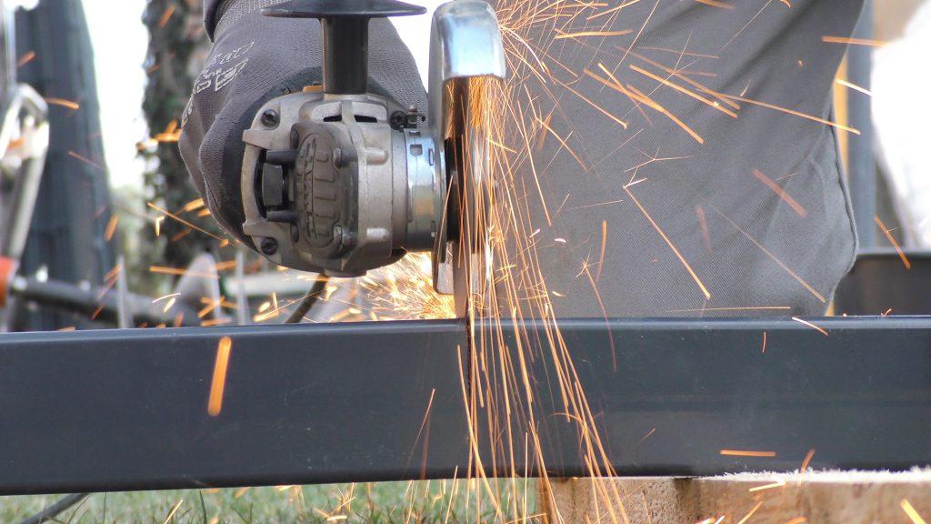 Zaunpfostens mit Hilfe eines Winkelschleifers ablängen