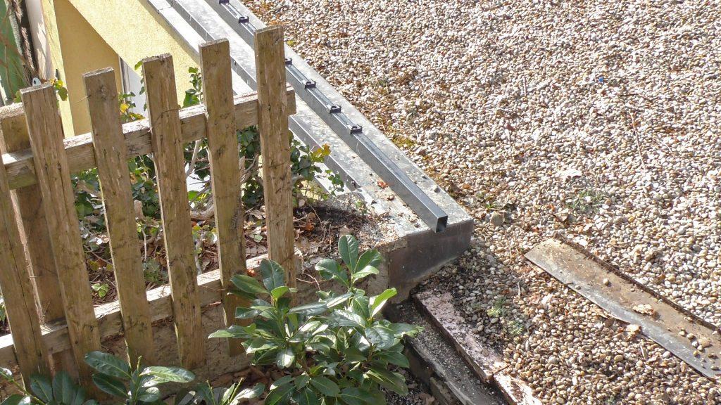 Betonsockel und Zaunpfosten